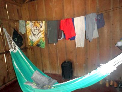 No interior do alojamento, os trabalhadores improvisavam camas com redes
