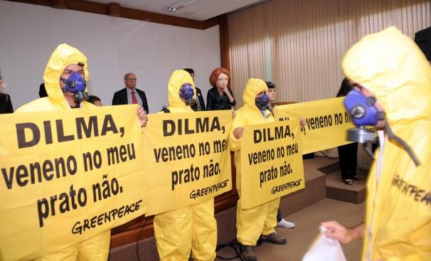 Ativistas do Greenpeace fazem protesto, no Ministério da Ciência e Tecnologia, contra a liberação de alimentos transgênicos (Foto: Roosewelt Pinheiro/Abr)