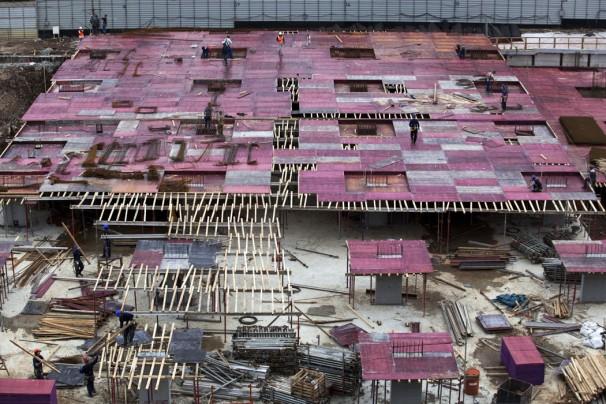 As grandes obras no Brasil muitas vezes são as mais complicadas em términos de saude e segurança dos trabalhadores. Aqui: A obra da Arena da Baixada. Foto: CAP/Divulgação