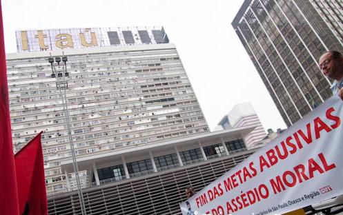As metas abusivas e o assédio moral são tema nas greves e protestos dos sindicatos bancários, aqui em 2011. Foto: Zé Clarlos Barretta/Flickr