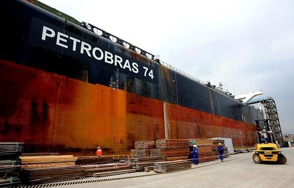 Produção de petróleo e gás no Pré-Sal pode afetar metas brasileiras de redução de poluição. Em relatório, Petrobrás foi criticada. Na foto, trabalhadores preparam navio plataforma P-74. Foto: Agência Petrobrás