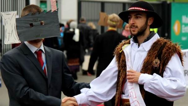 Em protesto realizado durante a Conferência, manifestante fantasiado de usina termelétrica é recebido por polonês. Foto: Marco Cadena/FoE Europe The Polish Gover