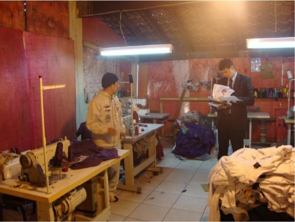 Oficina da marca 775 em condições degradantes de trabalho (Foto: MTE)