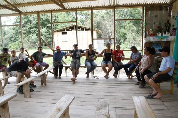 Reunião na igreja da comunidade Valparaiso, cuja madeira foi confiscada para fazer placas do projeto