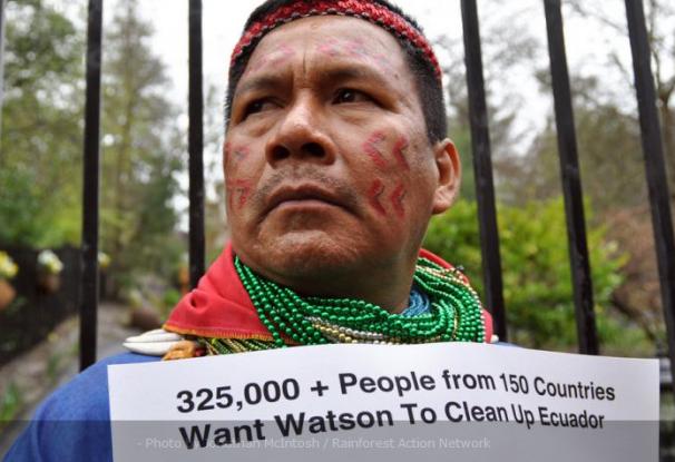 Em 2010, o líder indígena equatoriano Emergildo Criollo viajou até a Califórnia para entregar 350 mil cartas cobrando John Watson, do CEO da Chevron, pela poluição provocada pela empresa na Amazônia Foto: Jonathan McIntosh / Rainforest Action Network
