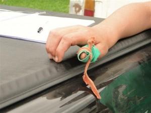 Menino mostra dedo machucado por instrumento usado na colheita de cebola