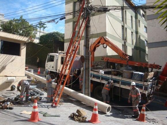 Trabalhadores flagrados em condições análogas às de escravos realizam reparos e construção de postes da Cemig (Fotos:  MTE)