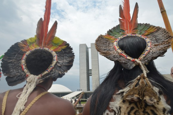 Índios em frente ao Congresso durante protesto realizado em outubro de 2013 para chamar a atenção sobre ofensiva legislativa. Foto: Wilson Dias/Abr