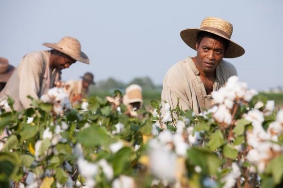 Se a fala de McQueen e a história real de Solomon (Chiwetel Ejiofor) parecem mobilizadoras, não se pode dizer o mesmo do resultado final da produção (Imagem: Divulgação)