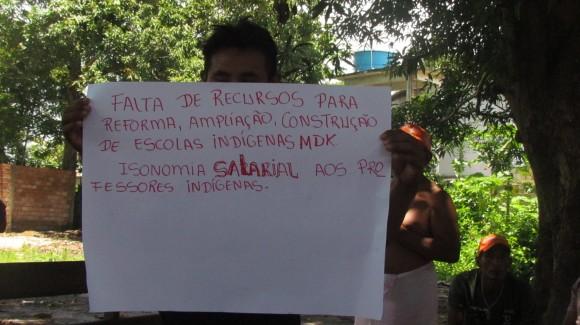 Indígena exibe cartaz com reinvidicações em Jacareacanga (PA). Fotos: Kabaiwun Kaba, vulgo Leusa kaba