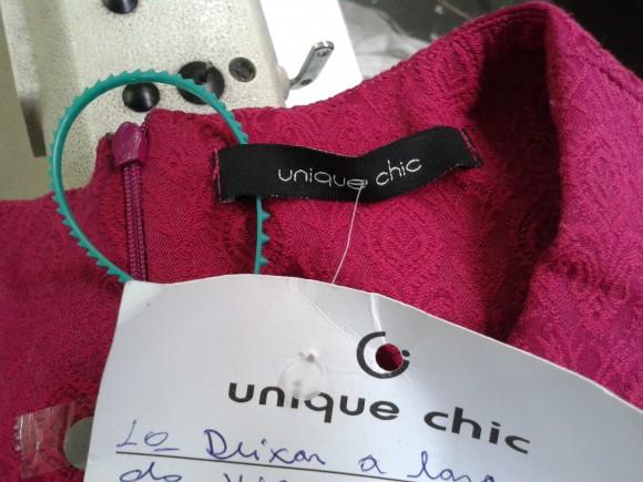 Etiqueta com a marca Unique Chic encontrada na oficina em que trabalhadores foram resgatados. Fotos: Amanda Flor/SRTE-SP