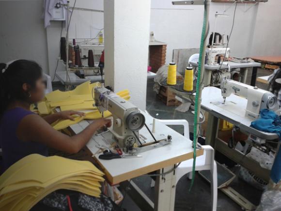 Costureira peruana produzindo roupas da grife Unique Chic. Foto: Amanda Flor/SRTE-SP