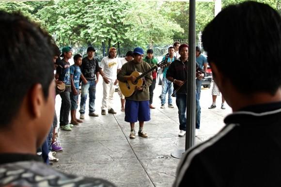 Índios tocam, dançam e cantam no Pátio do Colégio. Foto: Caio Castor