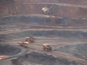 Caminhões gigantes vistos à distância na mina de Carajás. Clique nas imagens para ampliar