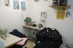 Pilhas de tecidos e peças prontas ficavam jogadas pela oficina, algumas próximas a fios expostos e gambiarras elétricas