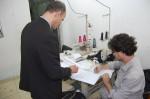 O auditor da Receita Federal Jairo Diniz e o auditor do MTE Luís Alexandre Faria analisam documentos encontrados