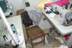 Um dos trabalhadores permanecia sentado o dia inteiro em uma cadeira de madeira