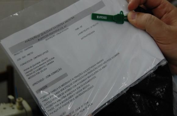 Recomendações técnicas e lacre da M. Officer encontrados na oficina indicam que produção era supervisionada pela empresa. Foto: Daniel Santini