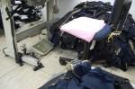 Por conta das longas jornadas prolongadas, um dos costureiros improvisou um assento mais macio colocando uma toalha como apoio