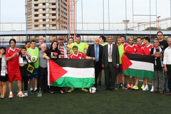 Palestinos e brasileiros, com o reforço de alguns argentinos, posam para foto antes do início da partida. Foto: Tatiana Merlino