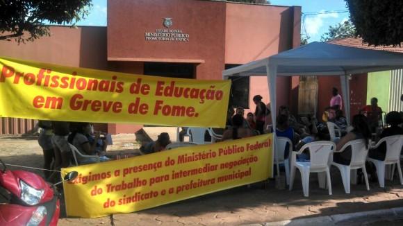 Manifestação exibem faixas em frente à sede do Ministério Público Estadual. Foto: Divulgação/Sintepp