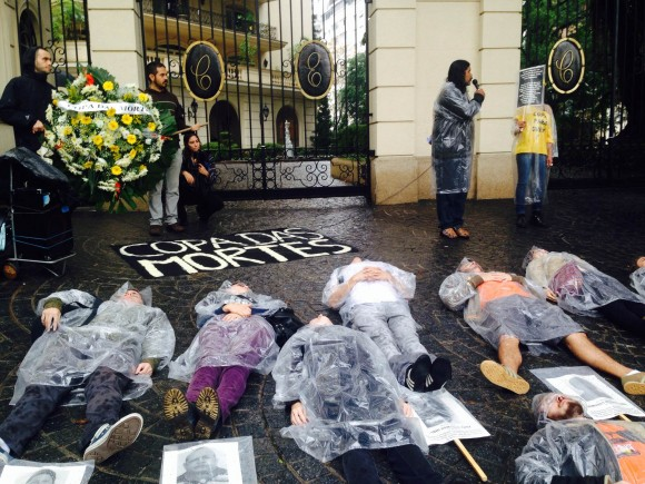 Em frente à casa de Marin, manifestantes realizaram um enterro simbólico dos trabalhadores mortos na construção dos estádios para a Copa. Foto: Divulgação/Comitê Popular da Copa SP