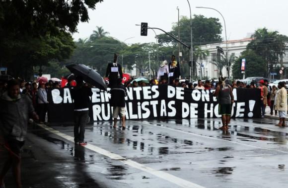 Comissão Guarani Yvyrupa fecha a Av. Pedro Álvares Cabral em São Paulo (Foto: Beatriz Macruz)