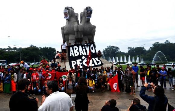 Índios relembram o genocío bandeira em protesto nesta sexta-feira (6) (Foto: Guilherme Zocchio)