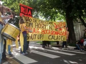 """""""Cala a boca Ronaldo"""", diz a faixa estendida em protesto em frente à agência do ex-jogador. Foto: Divulgação/Juntos!"""