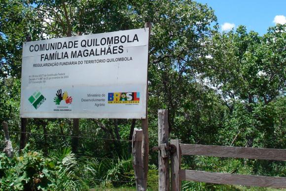 Placa colocada pelo Incra na entrada do território do Quilombo Família Magalhães (Fotos: Daniela Perutti)