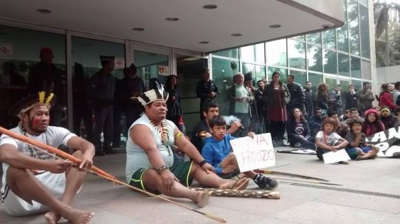 Indígenas guarani protestam em frente ao TRF, em São Paulo. Foto: Comissão Guarani Yvyrupa/Divulgação