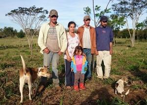 A família Castro, que cultiva alimentos perto do campo de soja ainda disputado. Ao centro, Mariano e Nelida, que perderam um filho no dia da matança. Nas pontas, Alberto e Nestor, que foram alvejados, mas sobreviveram.