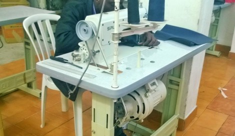 Vítima de trabalho escravo costurando em máquina sem proteção e com riscos à saúde. Foto: SRTE/SP