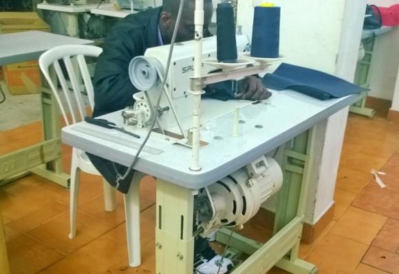 Vítima de trabalho escravo costurando em máquina sem proteção e com riscos à saúde. Fotos: SRTE/SP