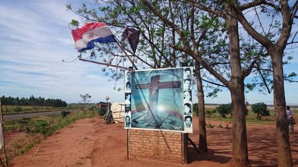 Placa lembra dos agricultores mortos de Marina Kue, confronto em área de cultivo de soja que que deu início ao golpe que derrubou o presidente Lugo.