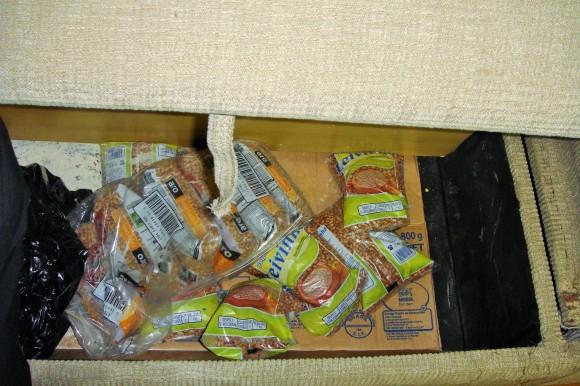 Baú dentro do sofá onde alimentos eram escondidos dos trabalhadores