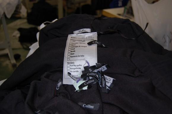 Em fiscalização feita dois anos depois, roupas produzidas para a Collins foram encontradas na oficina. Fotos: Bianca Pyl