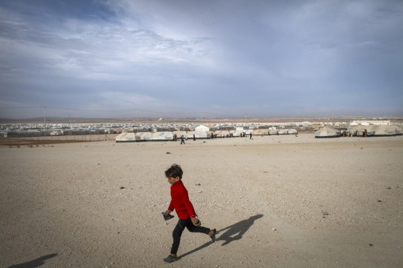Conflito na Síria teve início em 2011. na foto, garoto corre em campo de refugiados sírios na Jordânia. Foto: Anastasia Taylor Lind/UNHCR