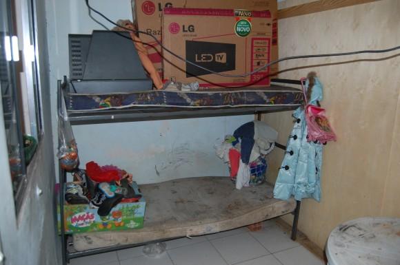 Cômodo em que via uma famílias em um dos alojamentos da oficina terceirizada pela Renner. Foto: Igor Ojeda