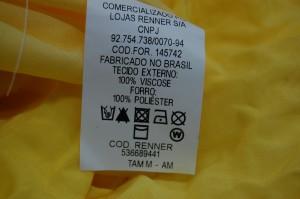Peça de roupa com etiqueta da Renner. Foto: Igor Ojeda
