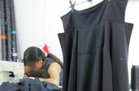Trabalhadora costura vestido da Argonaut, marca da Pernambucanas. Foto: Bianca Pyl