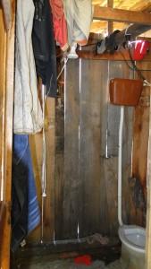 Banheiro do alojamento das vítimas da Alliance One estava sujo e tinha frestas na parede