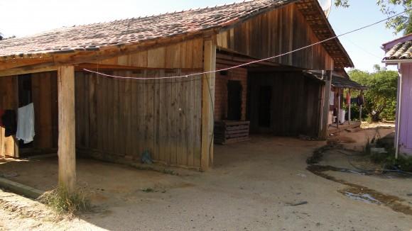 De madeira, alojamento improvisado das vítimas estava em condições degradantes e possuía frestas nas paredes e buracos no teto. Fotos: MTE