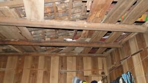 Com buracos no teto, alojamento não protegia trabalhadores da chuva ou frio