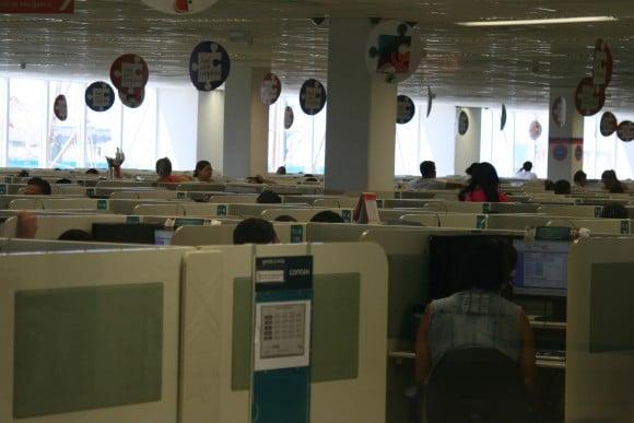 Fileiras de postos de atendimento em unidade da Contax no Recife (PE). Fotos: Igor Ojeda