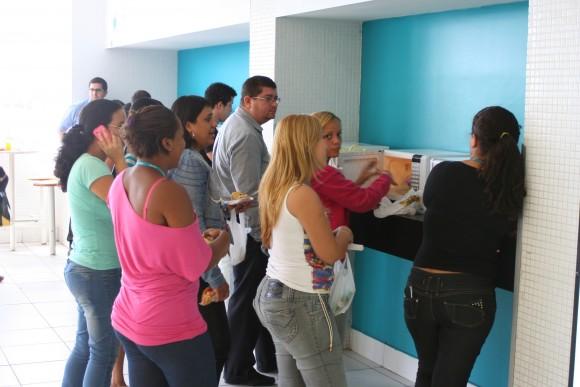 Filas para usar o microondas em uma unidade da Contax no Recife (PE)
