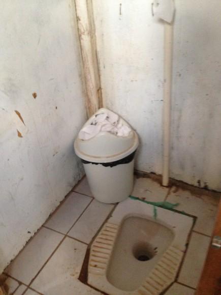 Fossa turca em banheiro localizado no andar de baixo do refetório