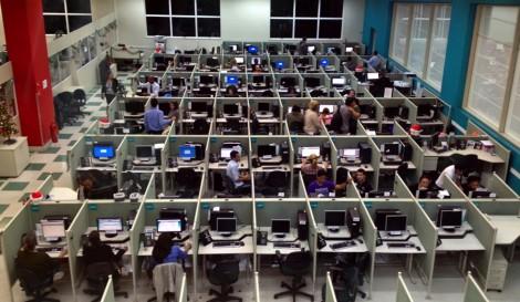 Operadores da Oi em unidade da Contax na Barra Funda, em São Paulo (SP)