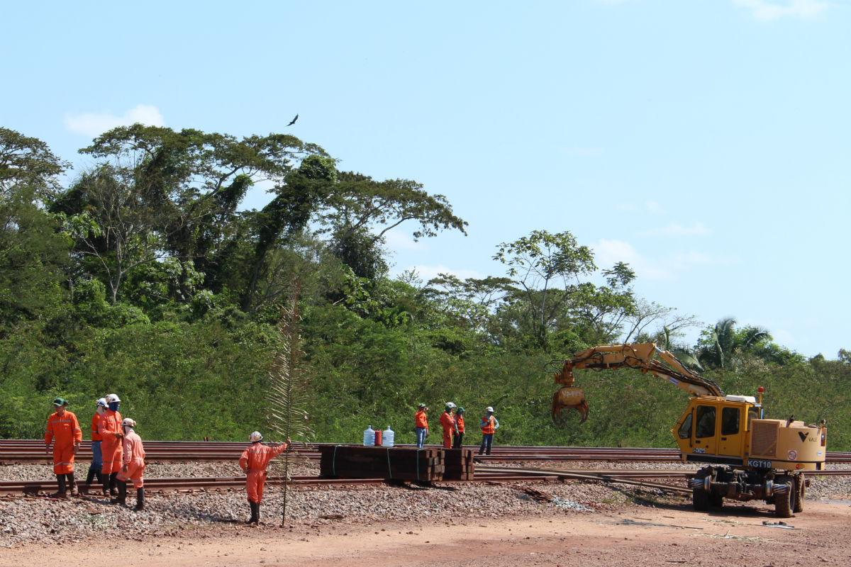 Ferrovia é esperança de emprego na região. Na foto, reforma de trilhos em Paruepebas (Pará). Foto: Piero Locatelli