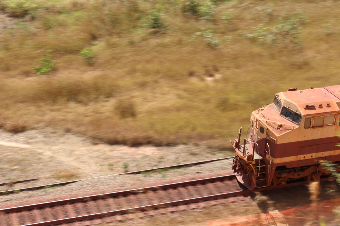 Trem de ferro passa ao lado de Casa Azul. Foto: Piero Locatelli